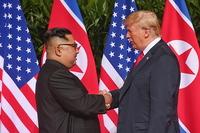 [포토]북미정상회담서 악수하는 트럼프 대통령과 김정은 위원장