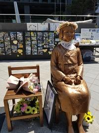 [포토뉴스] 일본대사관 앞 '꽃왕관' 쓴 소녀상