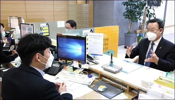 [포토] 김태영 은행연합회장, 코로나19 금융지원 현장 방문