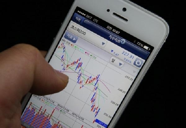 애플‧테슬라에 울고 웃는 2030…해외주식 투자열풍 '확산'